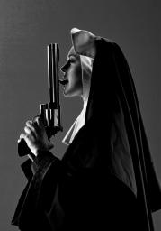 Женская футболка 3D Nun c пистолетом
